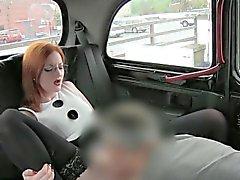 Vollbusigen Rothaarige Küken mit Treiber für eine kostenlose Taxifahrt schlug mit