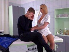 L'infirmière à gros mamelles donner comment soigner ses patientes