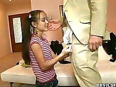 Barn för slampa sexigt för dräkt får hennes ansikte knullat