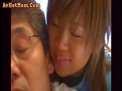 A jovem mulher e um sogro impotente