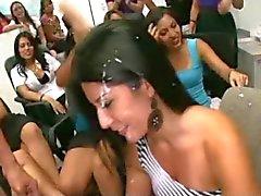 Meisjes zuigen hanen op vrijgezellenfeest !