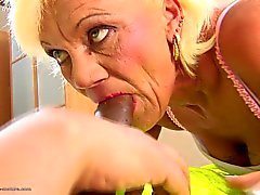 Mamie poilu prend anale