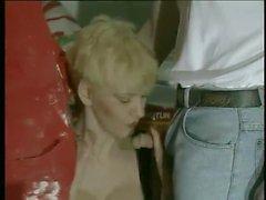 Short Hair Blonde Frau Inspector