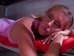 Mauvaise blonde Samantha Saint prend un coq en prison