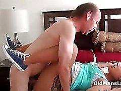 Gubben slickar latina Jynx åsnan och fitta