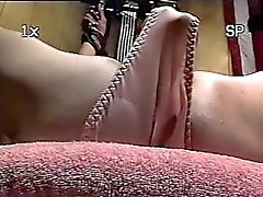 Trailer trash sub - lié au banc - close-up gode chatte torture