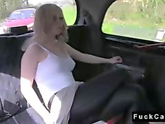 Blonde babe britannica scopata nella falsi in taxi