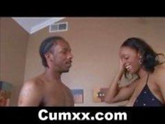 Hot Busty Ebony sugande och tit körd