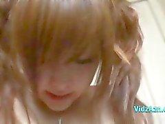 Aasian tyttö saa hänen pillua stimuloidaan Vibraattori nuolaisi hänen poikaystävänsä sängylläRoo