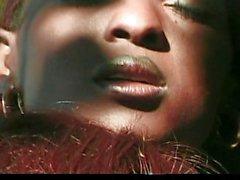 Ebony pimppi nuoleskelivat ulkoilmassa
