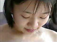 Ragazza che cinese felice con tre cazzi bianchi