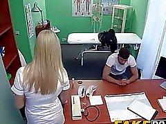 Infirmière blonde lui permet de patient de la baiser car il veut