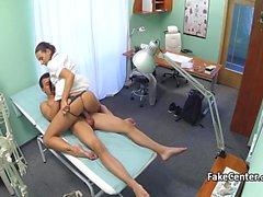 Patient a obtenu le massage et bonne baise avec l'infirmière