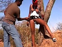 Африканец секс-рабыней получает ботинка отшлепать в то же время привязаны к дерево