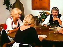 Quinta velho homem agradar de Blondie mais jovens por sua mesa de jantar
