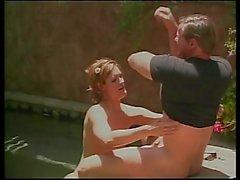 Petit - titty l'étudiante suce et se prend la bite la piscine