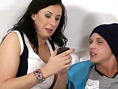Brittiske för glamour mogna älskar ungtupp att dunka hennes