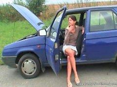 O bebê bonito seduz o vovô na estrada