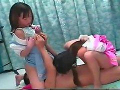 Любительский азиатский подросток втроем
