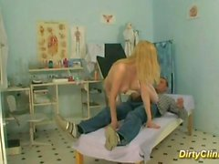 l'infirmière Sexy blonde rides cock