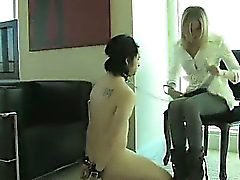Blond Femdom Maitresse Strapon Couilles Esclaves