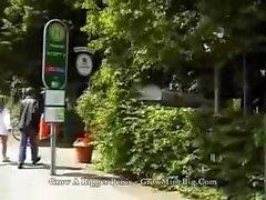Лидии Pirelli получает взял заминки Пешие прогулки путем двух чуваков и трахнул рядом с кабриолет