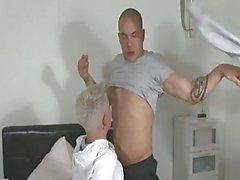 Tipo de Tatooed es besar y tocar su pareja de calentarlo antes del acto sexual