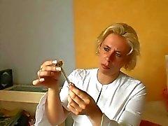 Nurse allemand donne des Premiers soins pour des blessés - Cireman