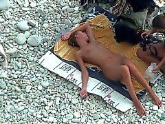 TheBeachWatch treize Plage nudiste nana ado jeux de godemiché anale