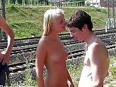 Молодая блондинка подросток улице общественный секс среди бела