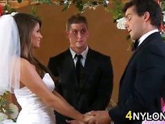 Bride Kissing ihre neue Ehemann- Hahn