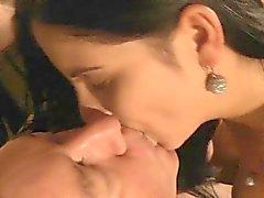 Oldman knullas brunetten efter att ha hittat henne masturbating