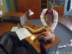 Le docteur encule son malade à remous sur le pupitre