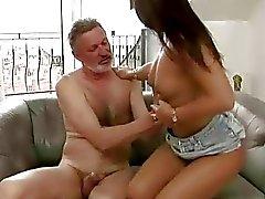 Gubbe fucks sin söta tonårs flickvännen