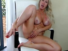MOM Blonde MILF quiere que te chupe sus Milky Boobs