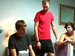 Kotipaikkakunta Pojat ensimmäistä kertaa imee munaa In His asuntolan huoneessa