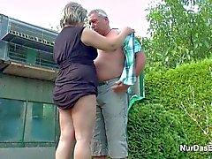 Grandpa et grand-mère Allemand baise dans Garden