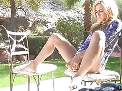 De Ashley petite lindo del rubia amateur con el el culo al aire exterior y jugando gatito interiores