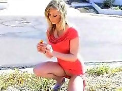 Блондинка соблазнительница говорит прогулки голым на людях