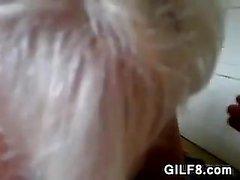 Симпатичная Granny сосет в петушиный Point Of Показать