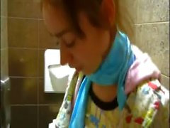 Genel tuvaletlere çýplak minik Natasha bir genç