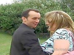 Maman blonde française suce un gar mince en se fait enculer