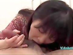 RAGAZZA ASIATICA CHE dando pompino di sperma in bocca Sulla Base