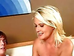 Busty blondi saa hänen ajeltu taco nuolaisi nuorten kimpale