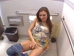 Ortak bir tuvalet alan bu sevimli longhaired bir kız anal