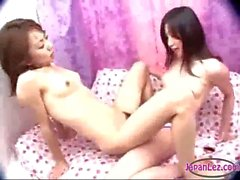 Азиатская девушка Начало ее волосатая Pussy облапанная Fucked с Подвязанные Члены на диване