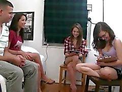 Babysitters adolescentes brincando com dildo dick