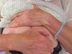 Грудастая Granny с крупным пирсинг в старая клитора