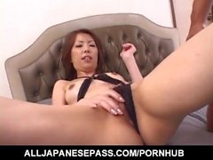Tomoe Hinatsu bénéficie d'vibrateur sur fente poilue avant frigging profonde