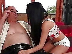 Stygga tonårsbrud brunete att förföra en grandpa den couch